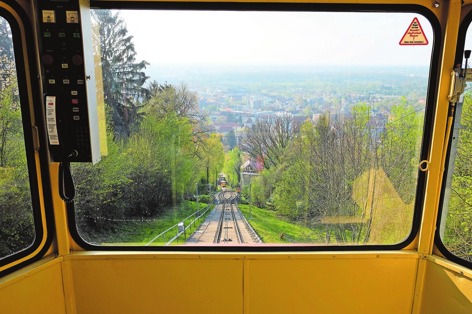 Unten links: Meter für Meter wird der Ausblick auf und über Karlsruhe bei der Fahrt mit der Turmbergbahn größer. Wunderbar. Fotos: tkn