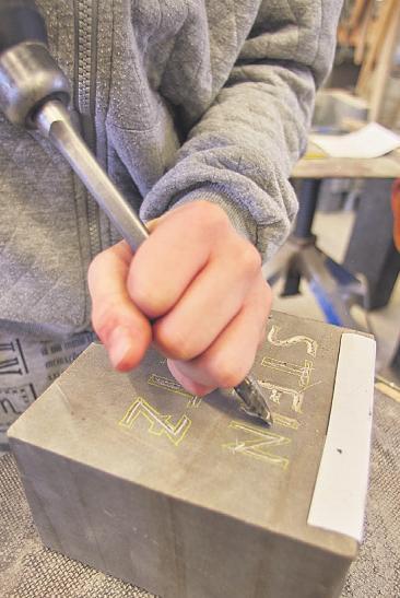 Die Arbeit eines Steinmetzen können Schüler bei den Berufsfelderkundungen kennenlernen Bild: OBK