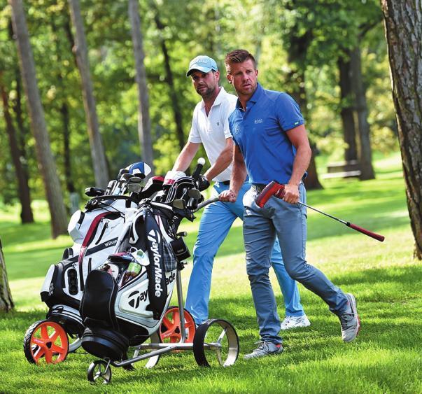 Sportlich vereint: Golf ist eine gute Plattform zum Netzwerken – wie der Moderator Matthias Killing (l.) und der Schwimmer Thomas Rupprath (r.) beweisen. FOTO: PA/BRITTA PEDERSEN/DPA