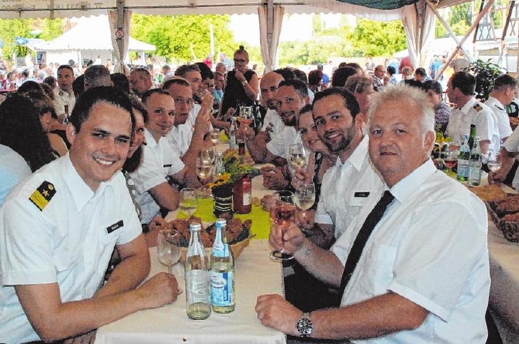 Traditionell besuchen wieder Soldaten des Marinefliegergeschwaders 5 aus Nordholz bei Cuxhaven das Weinfest.