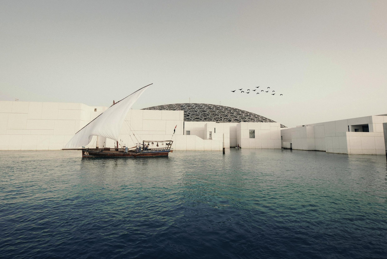 Tradition trifft Moderne: Altherkömmliche Dhau vor Louvre Abu Dhabi