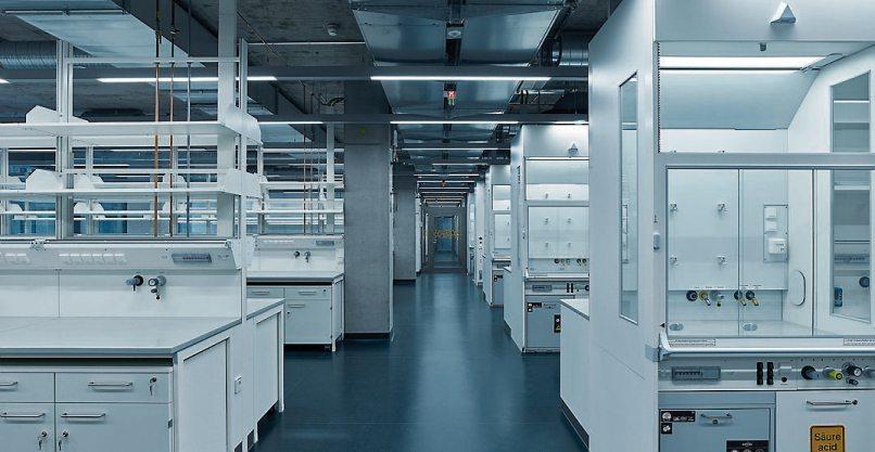 Das große Praktikumslabor ist mit einer höhenverstellbaren und damit barrierefreien Einrichtung eines Labor-Arbeitsplatzes mit Abzug und Waschbecken ausgestattet. Die Laborebenen des IFIB sind als offener Großraum realisiert, was eine hohe Flexibilität ermöglicht. Bild: Oliver Rieger