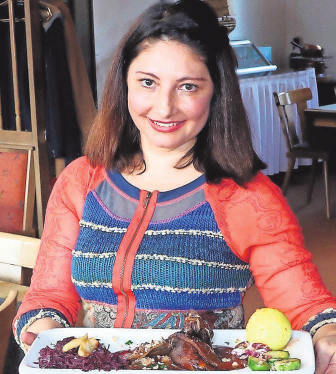 Elena zeigt den Leckerbissen: Ein komplettes Gericht mit Ente oder Gans ist auf Bestellung zum Abholen erhältlich.