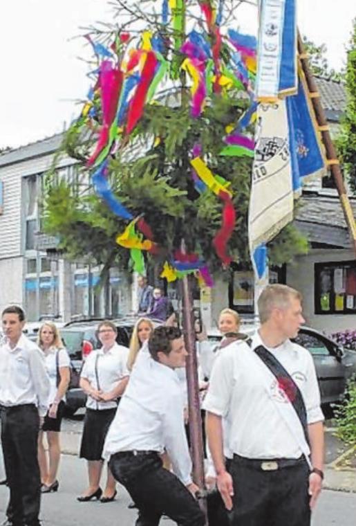 """Traditionell wird im Rahmen des Festzuges der Baum """"gerüsselt""""."""