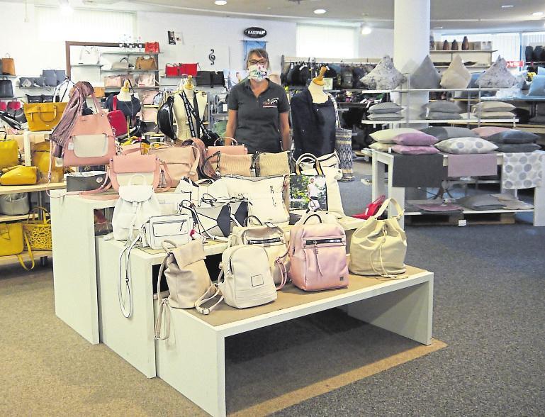 Durch die Corona-Pause sind noch viele schöne Sommertaschen da, und die gibt es bei Duchardt in der Hersfelder Straße jetzt günstiger. Mindestens 25 % Preisnachlass beschert der SSV-Rotstift Auch in den anderen Abteilungen warten viele, attraktive Angebote. Foto: ewa