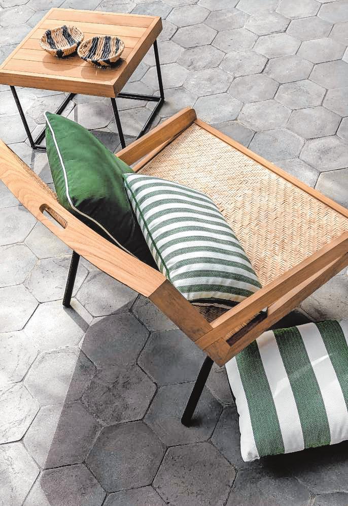 Längst gehören aber auch kuschelige und stylische Kissen zu den Gartenmöbeln.