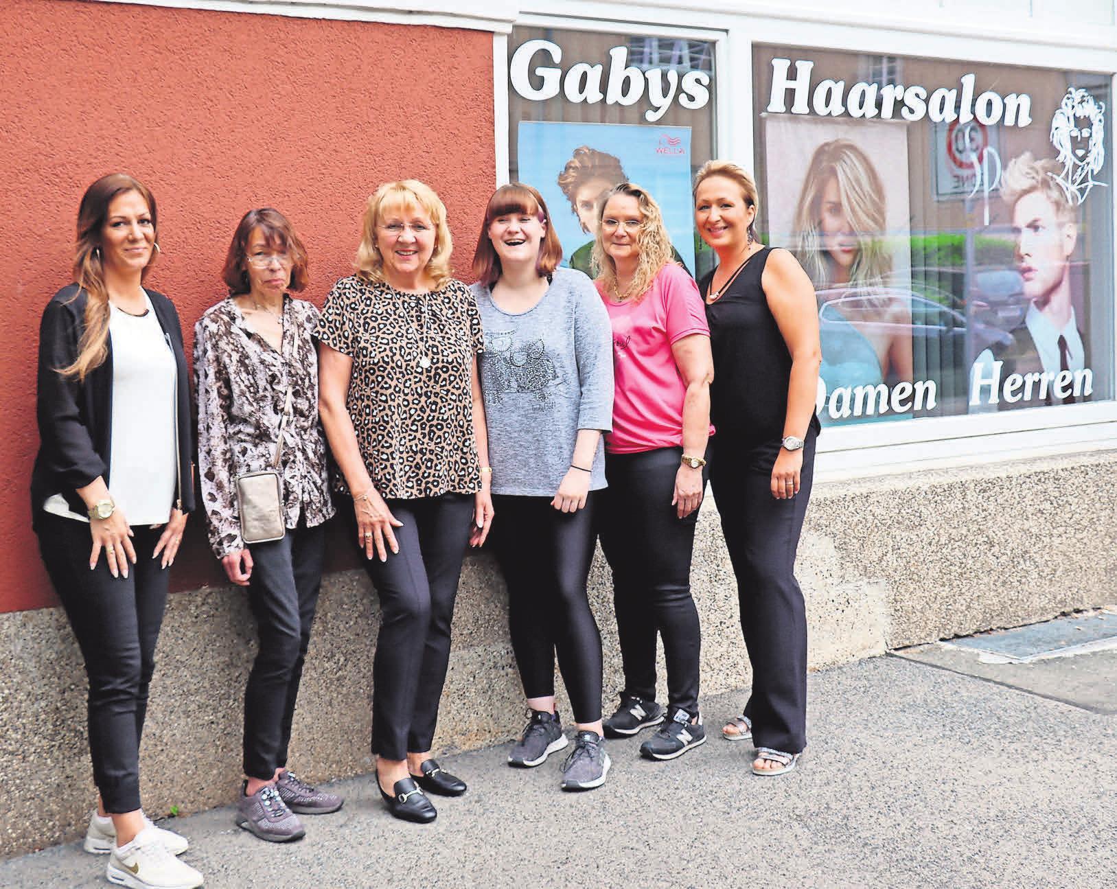 Feiern 39-jähriges Bestehen: Das Team von Gabys Haarsalon, dem Jessica Nürnberg (von links), Erika Pöhlert, Gabriele Bernat-Däwes, Sophia Eberle, Kirsten Nölker und Nicole Wolf angehören.