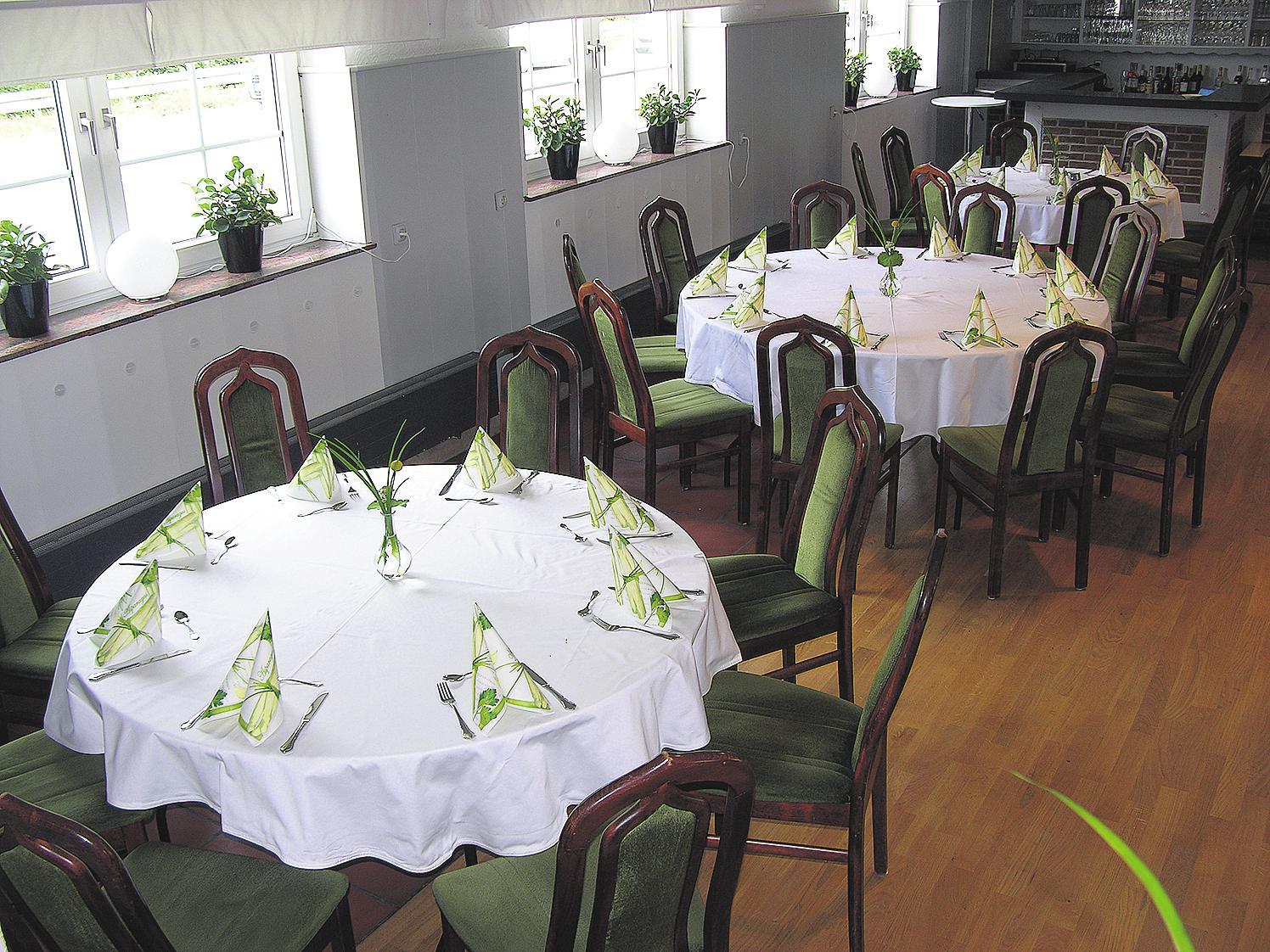 Im Festsaal können die Gäste jetzt an runden Tischen Platz nehmen. In Kürze kommen auch noch neue Stühle hinzu.