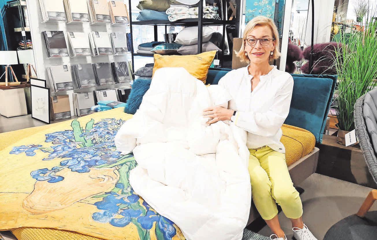 Regina Rosenbaum vom bettenhaus welge empfiehlt ein leichtes Sommerdaunenbett