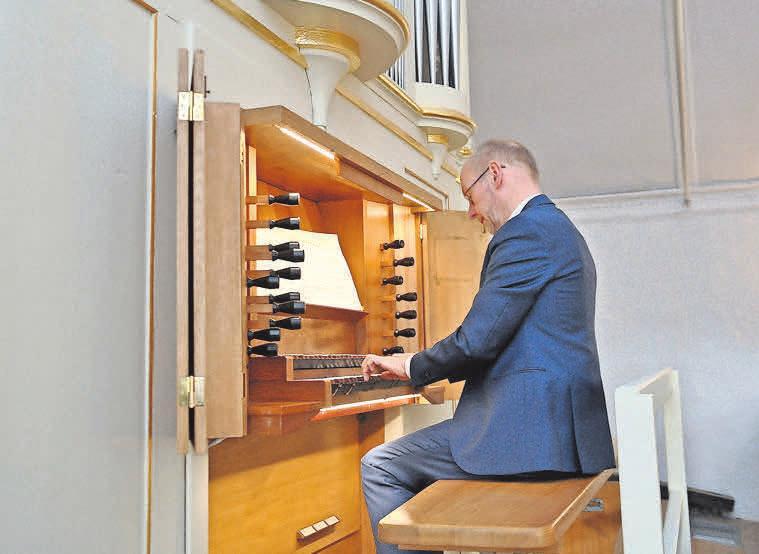 Axel LaDeur spielt an der Sievershäuser Orgel.