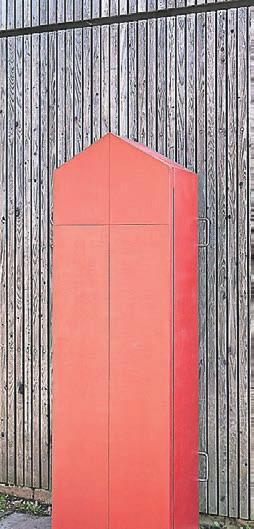 Der schlichte rote Sarg von Schreinerin Lene Jünger dient seiner Besitzerin zu Lebzeiten als Schrank.