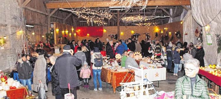 An den Ständen in der Scheune bieten die Aussteller wieder weihnachtliche Artikel an.