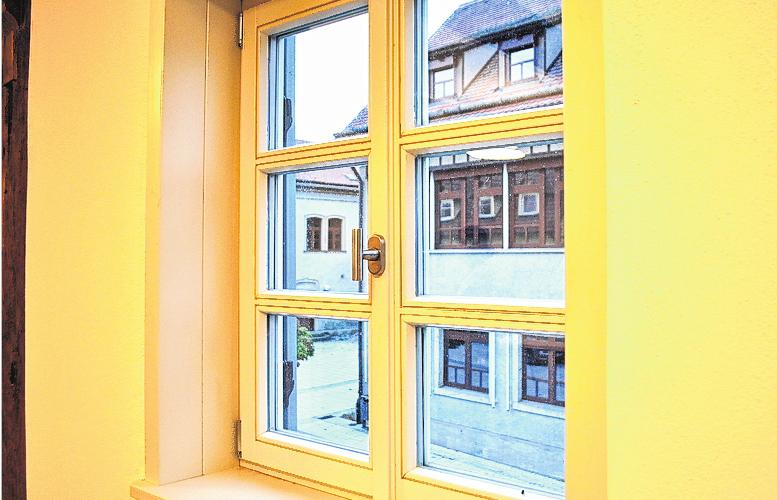 Die Sprossenfenster wurden komplett erneuert, vom Musikzimmer aus blickt man auf die Schule.
