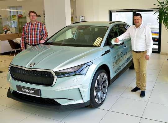 Die Verkaufsberater Daniel Gritz (links) und Mirco Hartling präsentieren den neuen Škoda Enyaq iV.