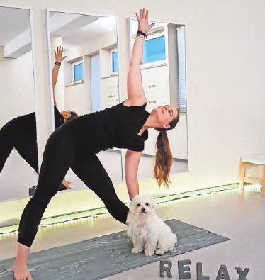 Be Yogi: Mit Anspannung zur Entspannung. Bianca Lüdeke und die kleine Josy machen es vor.