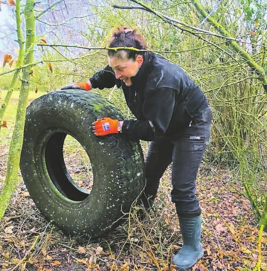 Selbst alte Autoreifen werden in Waldstücken gefunden und müssen entfernt werden Bild: CleanUp Erftstadt