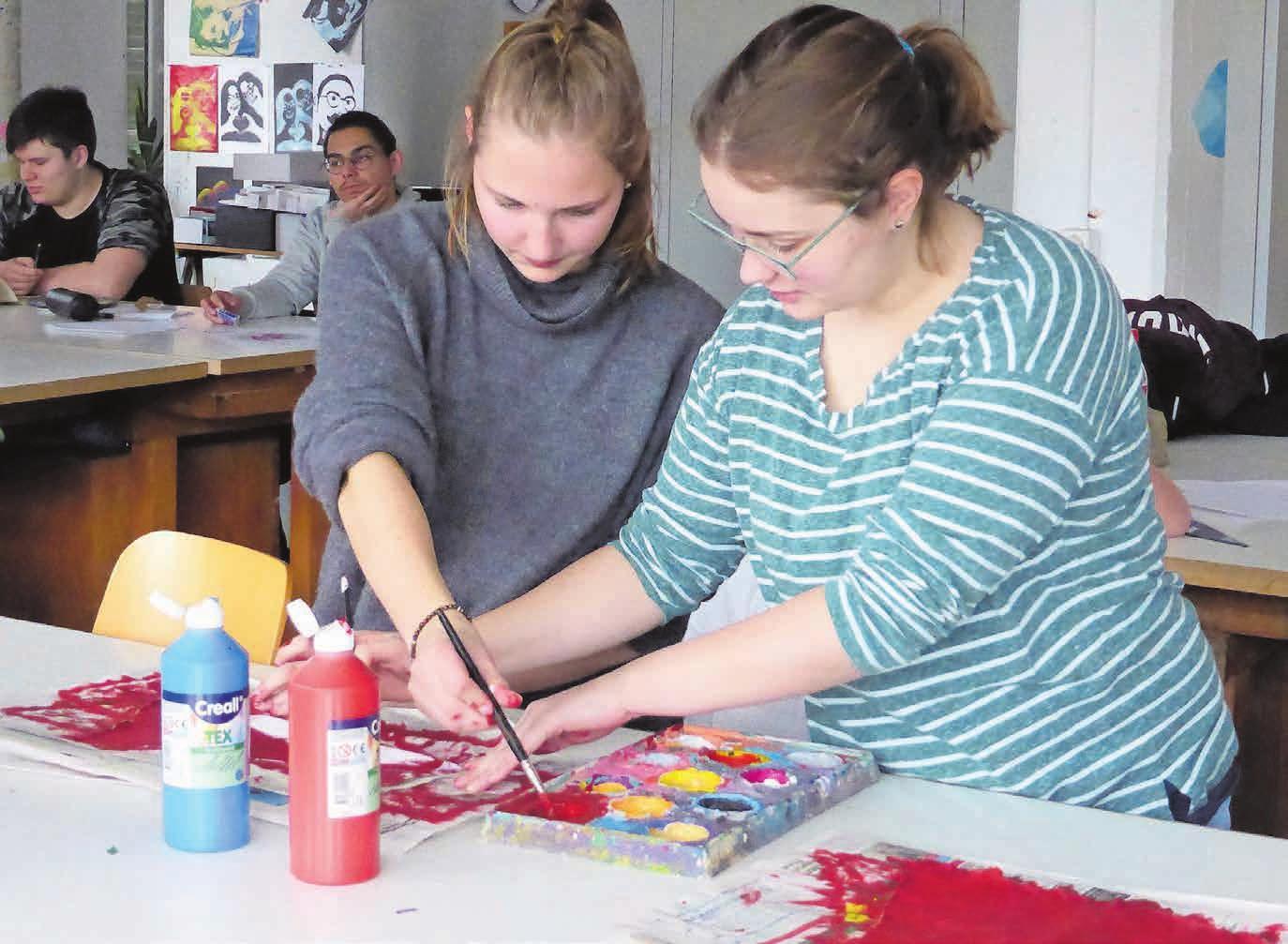 Schülerinnen und Schüler absolvieren in verschiedenen Berufen ein Ausbildungsjahr. Bilder: zvg