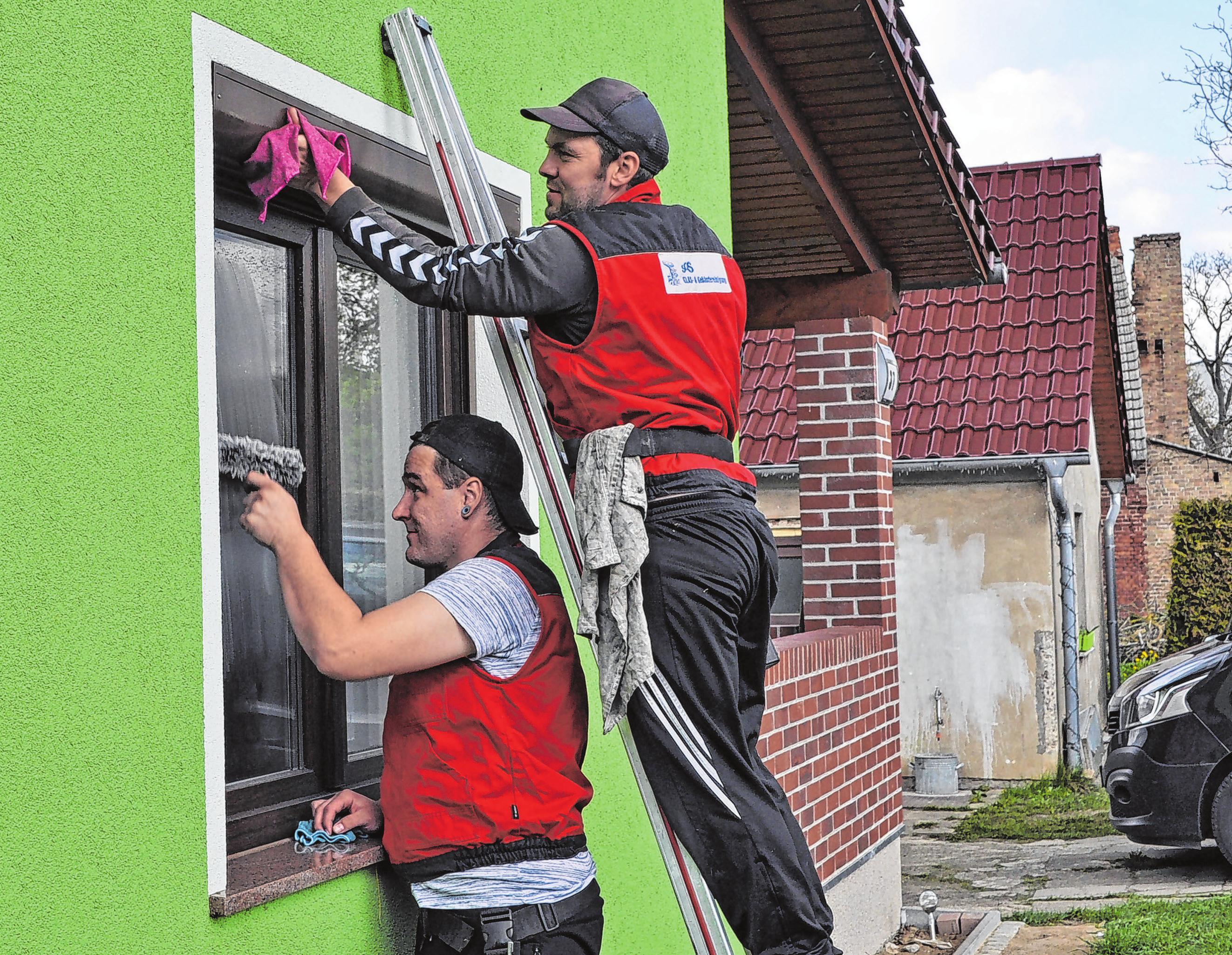 Sorgen für Sauberkeit und klaren Durchblick - die Mitarbeiter der SOS Glas- & Gebäudereinigung aus Seelow.