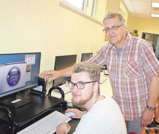 """Tom Langenau (17) schaut sich auf dem Rechner einige Berufsbilder an, Lehrer Torsten Redersborg empfiehlt die Plattform """"Berufe-Universum"""".FOTO: DIRK HOFFMANN"""