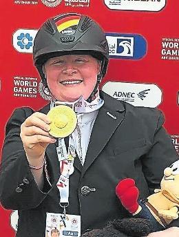 Das Glück steht ihr ins Gesicht geschrieben: Reiterin Juliane Dietrich, die bei den Special Olympics in Abu Dhabi Gold holte. FOTO: DIETRICH