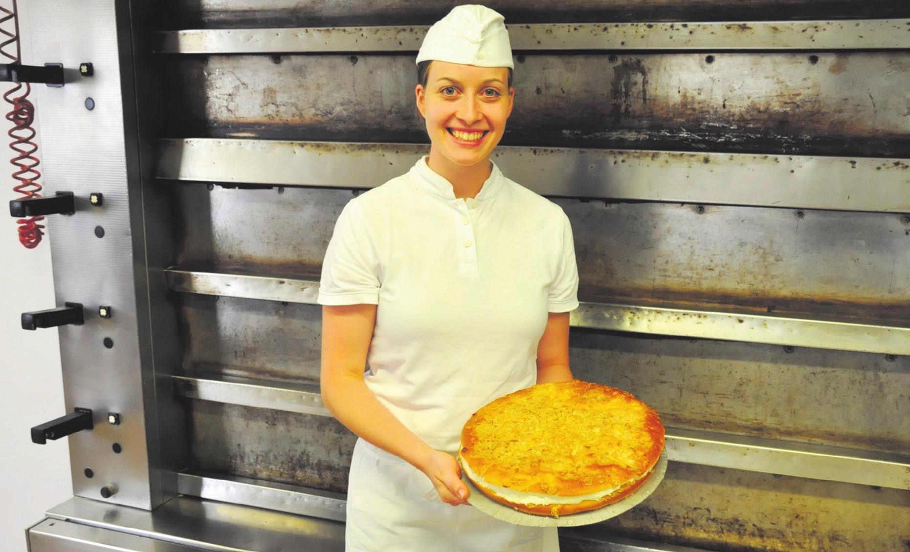 Claudia Lichtensteiger in der Landbäckerei Heinzelmann in Wolfegg – mal große Mengen und mal ganz filigran.