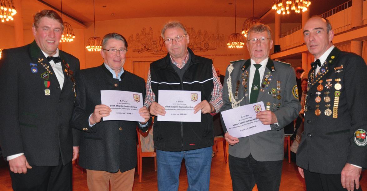 Initiator Arnd Laskowski (links) und Schützenmeister Werner Mix (rechts) mit den drei besten Schützen.