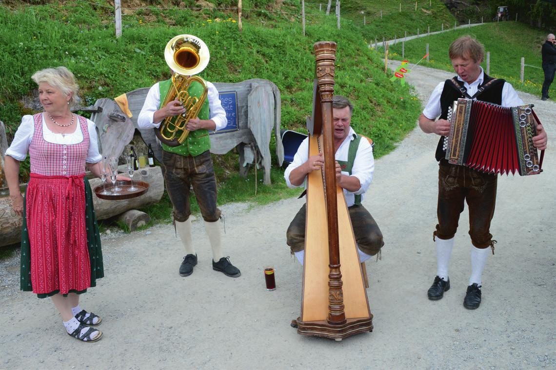 Lotte Klausner, Wirtin der Siller Alm, begrüßte die Musiker und Gäste des Almfests am Donnerstag mit einem Herzblut-Trepfei-Schnaps.