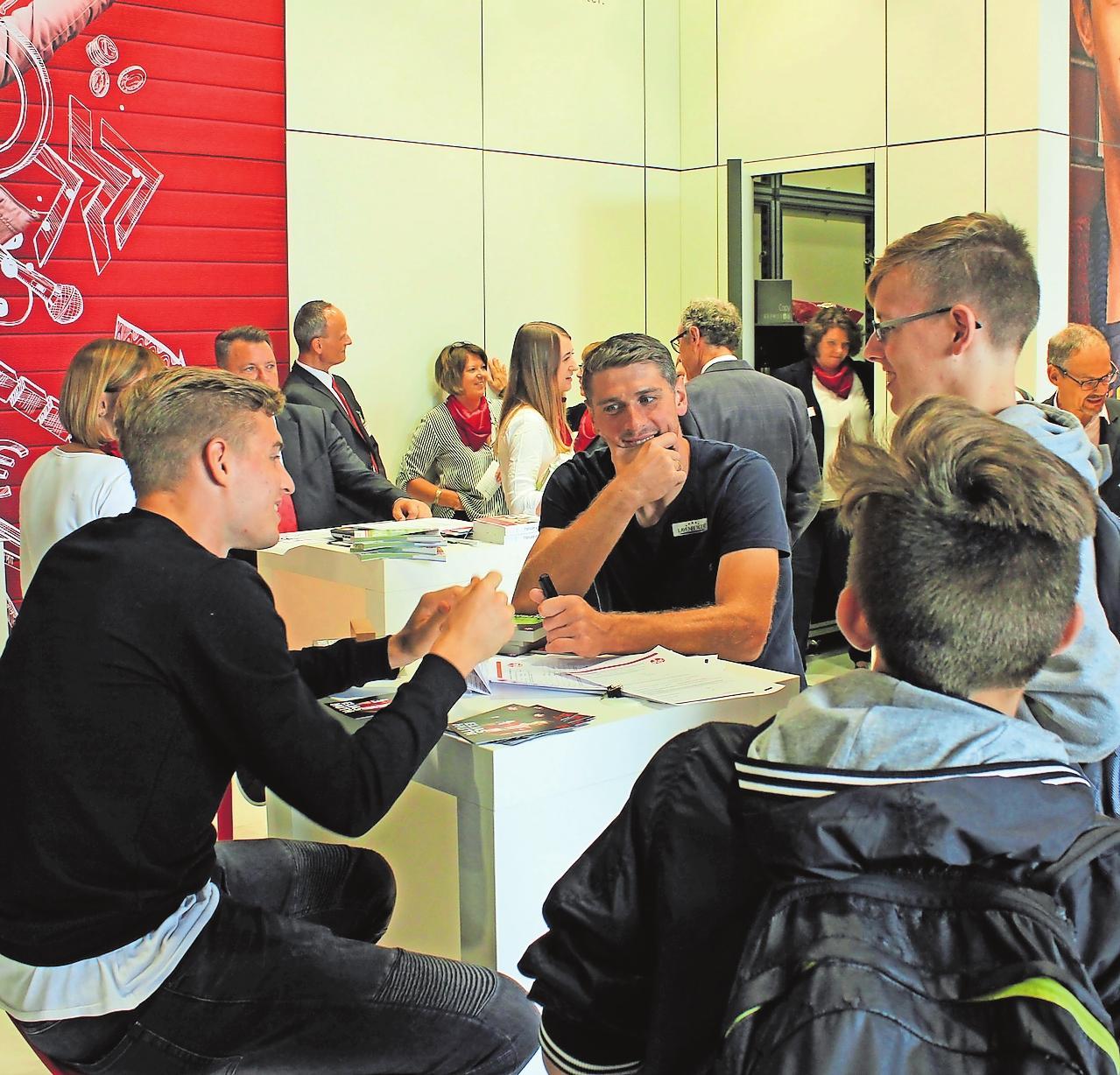 Zeigten sich bei der vergangenen Ausbildungsbörse fannah: die FCK-Spieler Elias Huth (links) und Wolfgang Hesl bei der Autogrammstunde. FOTO: MONIKA KLEIN