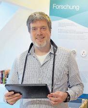 Mit Tablet in der Sonderausstellung: Museumschef Wieland.