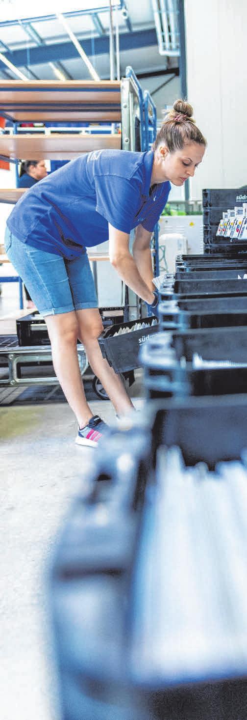 Loredana Baragan arbeitet an der Hochleistungssortiermaschine. FOTO: DANIEL DRESCHER