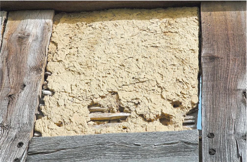 Die Wände von Fachwerkhäusern wurden oft aus Holzbalken, Lehm und Flechtwerk gefertigt. Diese Materialien kommen mit modernen Dämmstoffen nicht unbedingt klar. Foto: dpa