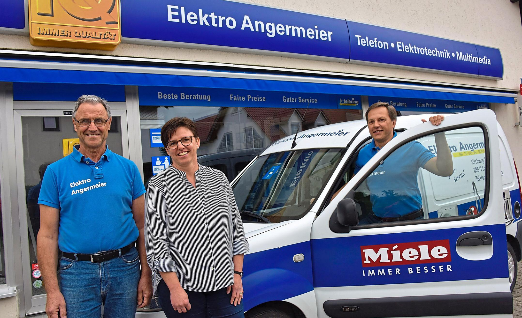 Ein flexibles Team: Elektrikermeister Helmut Angermeier (v.r.), Karin Neumair und Obermonteur Georg Euba erfüllen Kundenwünsche individuell und zuverlässig. Fotos: Hammerl