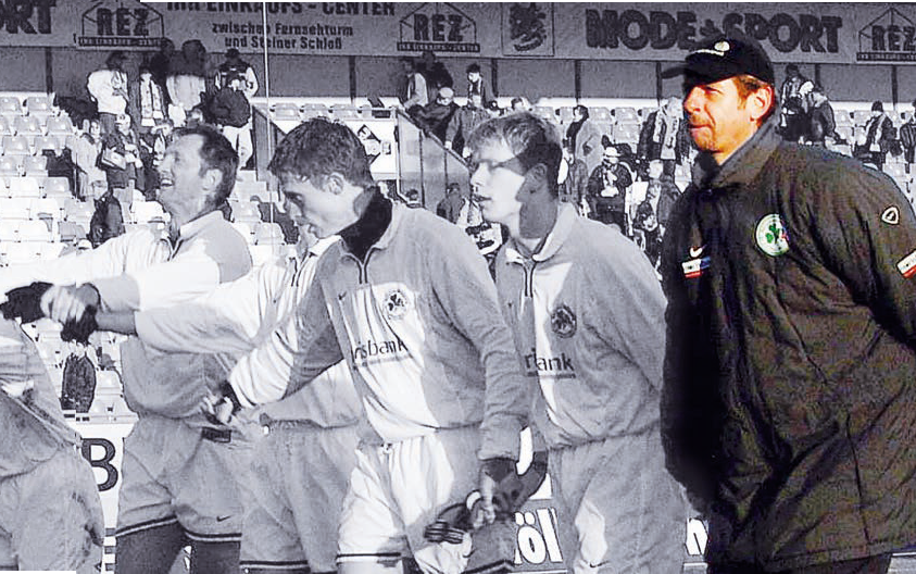 OBEN IN DER 2. LIGA: Mit Greuther Fürth klopfte Trainer Uwe Erkenbrecher 2002 ans Tor zur Bundesliga, lag drei Spieltage vor Schluss nur einen Zähler hinter den Aufstiegsrängen, am Ende wurde es Platz fünf. Zu Erkes Spielern gehörte damals unter anderem der heutige Southampton-Coach Ralph Hasenhüttl (links).