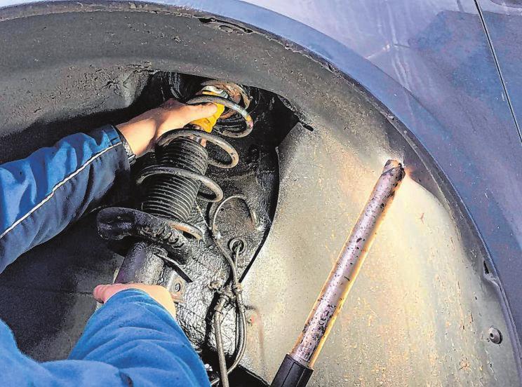 Manche Reparaturen sollte man besser nur vom Fachmann durchführen lassen – die Mitarbeiter in den Autohäusern sind weiterhin erreichbar.