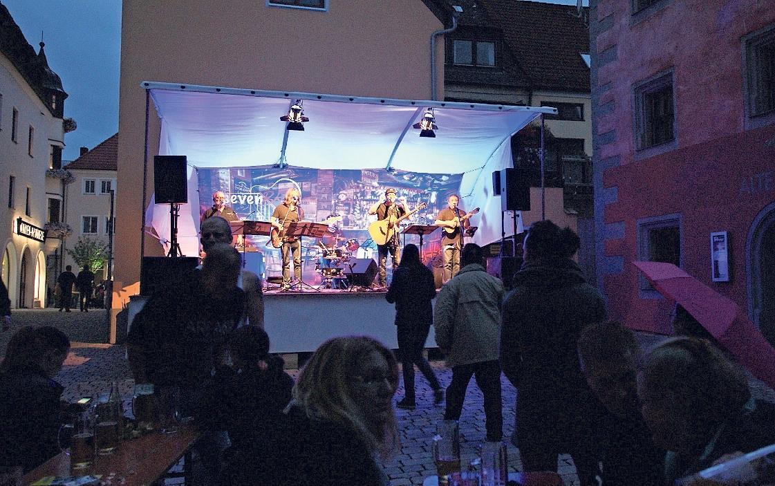 Auf der Bühne im Schlosshof sind eher die ruhigeren Töne zu hören. Dort ist die Stimmung beim Bürgerfest am lauschigsten. Fotos: Brigitte Grüner