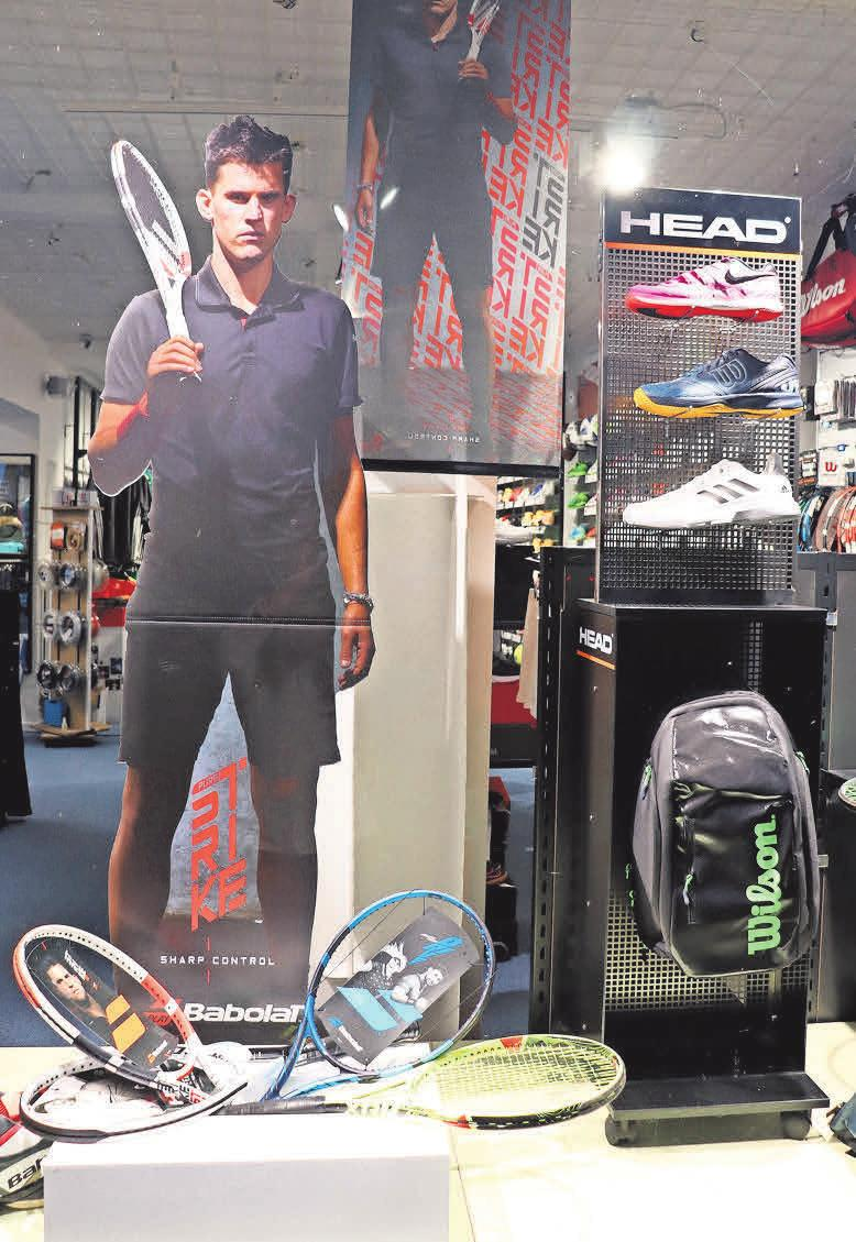 Onur Askin bietet in seinem Laden neben umfassender Tennisausstattung auch die Möglichkeit, diverse Schläger auszuprobieren.