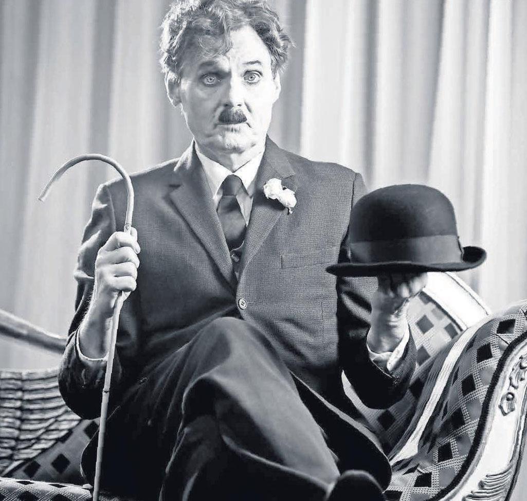 Wolfgang Bahro verkörpert auf der Bühne den genialen Filmkomiker Charlie Chaplin.         Foto: paulpartyzimmer
