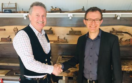 Thomas Werner (rechts), Abteilungsleiter Bereich Wirtschaftsförderung, gratuliert Horst Hendrik Kausche im Namen der WMG. © WMG Wolfsburg