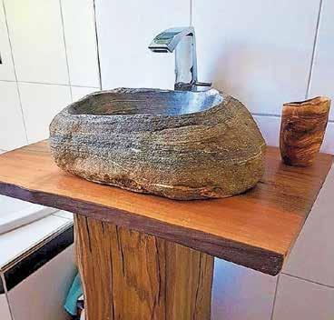 Hier wurde ein Flussstein aus dem Maggiatal in ein Waschbecken verwandelt. Bilder: zvg