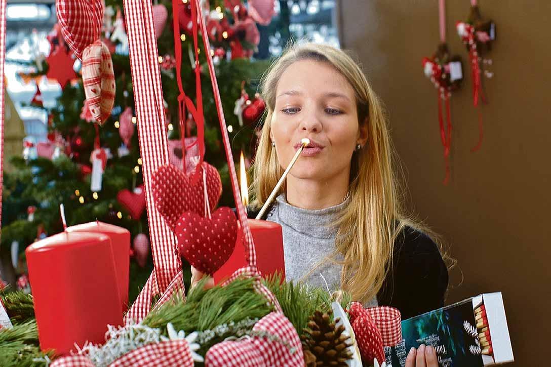 Ob traditionell oder verspielt, zum Aufstellen oder als hängende Variante, der Adventskranz ist bei allen Altersklassen gleichermaßen beliebt. Foto: GMH/BVE