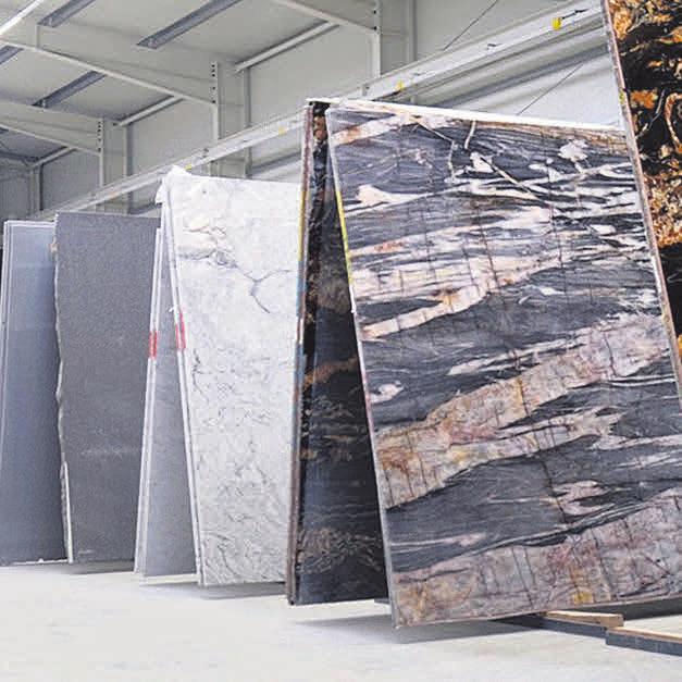 Kurze Wege: Rohplatten der verschiedenen Steinarten stehen zur Weitererarbeitung bereit. Nur wenige Meter entfernt erfolgt in derselben Halle die Anlieferung sowie das Zuschneiden per CNC. Foto: Sittig
