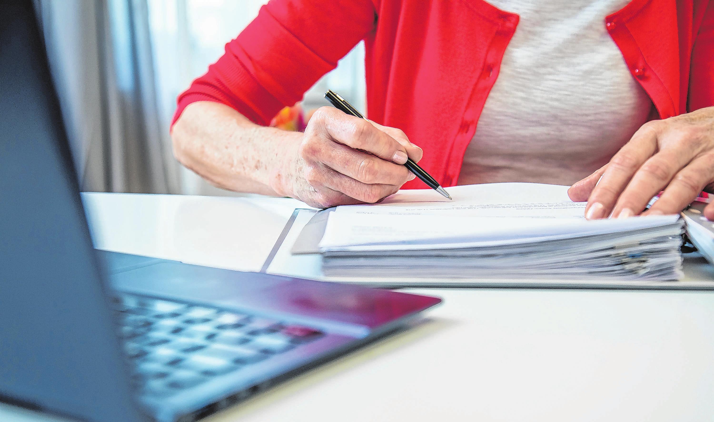 Unerwartet neuer Arbeitsplatz im Wohnzimmer und dazu ein neues Notebook? Das kann man von der Steuer absetzen. Foto: Christin Klose/dpa-mag