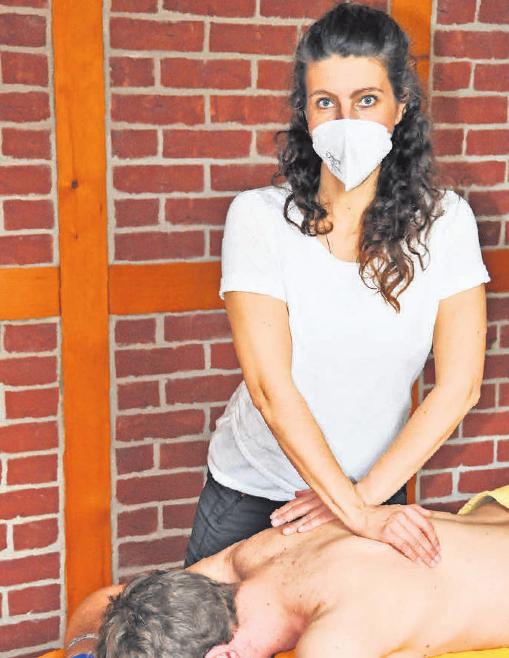 Für eine fachkompetente Massage nimmt sich Britta Müller viel Zeit. Als sehr gut ausgebildete Physiotherapeutin mit vielen Zusatzqualifikationen hilft sie ihren Patienten bei unterschiedlichen Problemen.
