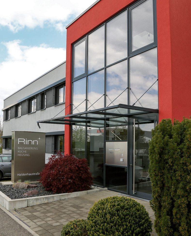Seit Sommer 2020 ist die Rinn GmbH am neuen Firmenstandort im Industriegebiet West auf Kusterdinger Gemarkung. Anfang dieses Jahres kamnun der Neubau einer über 200 Quadratmeter großen Badausstellung hinzu. Sowohl Komplettbäder als auch einzelne Highlights sind Teil der Ausstellung, die keine Wünsche offen lässt. Bilder: Unternehmen