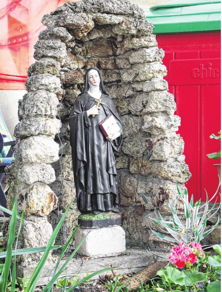 Die Heilige Anna, Mutter Mariens, wird in Neuschleichach besonders verehrt. In der Kirche ist sie mit Maria an der Hand dargestellt, im Garten von Mesner Hans Eichhorn ist ihr eine Grotte gewidmet.
