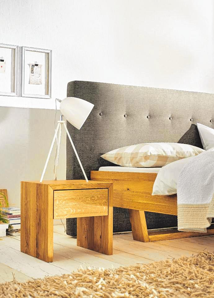 Hochwertige Möbelstücke aus Massivholz sind eine gute Wahl. Bild: djd/TopaTeam/ProNatura/Joka-Werke