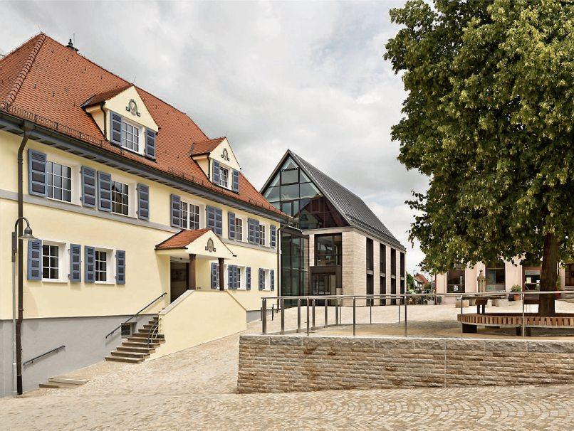 Das Schloss (oben) und das Rathaus sind unverkennbare Erkennungszeichen der schön gelegenen Gemeinde.