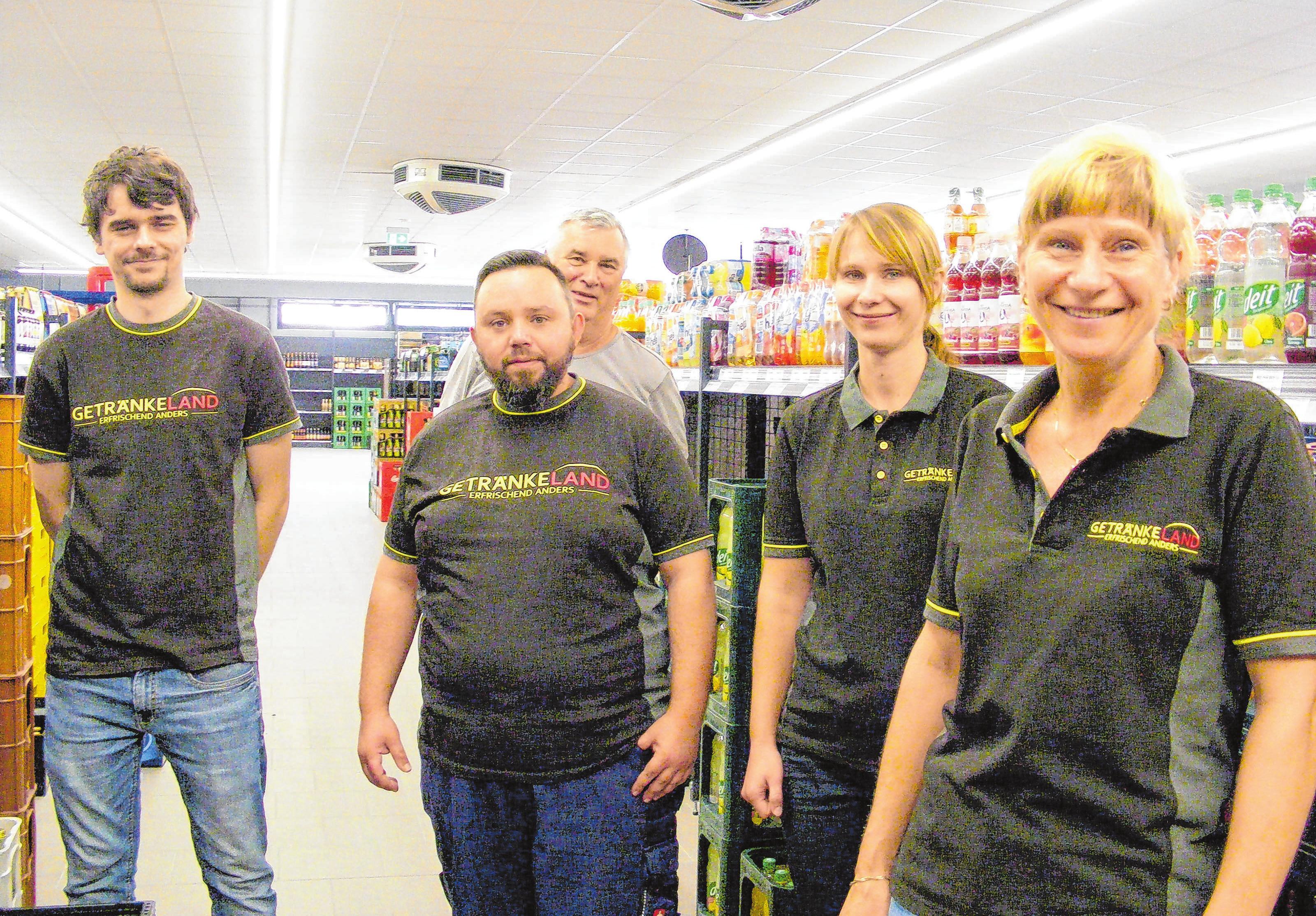 Getränkemarkt zum Curland: Der Neubau ist vollendet. Doreen Eggert (re.) und ihr Team freuen sich auf die Eröffnung am 27. August in der Curlandstraße 7. Fotos: D. Zamzow