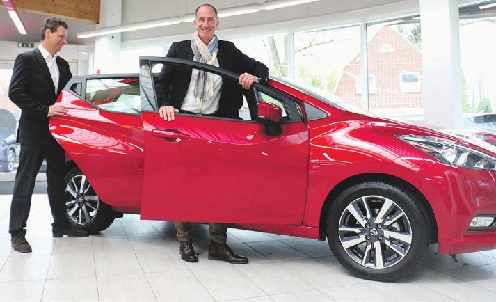 Der ideale Fünftürer für die Stadt aus dem Hause Nissan. Die Verkaufsberater Matthias Kramper (l.) und Lars Siewert vermitteln gern eine Probefahrt mit dem Micra Foto: Rahn