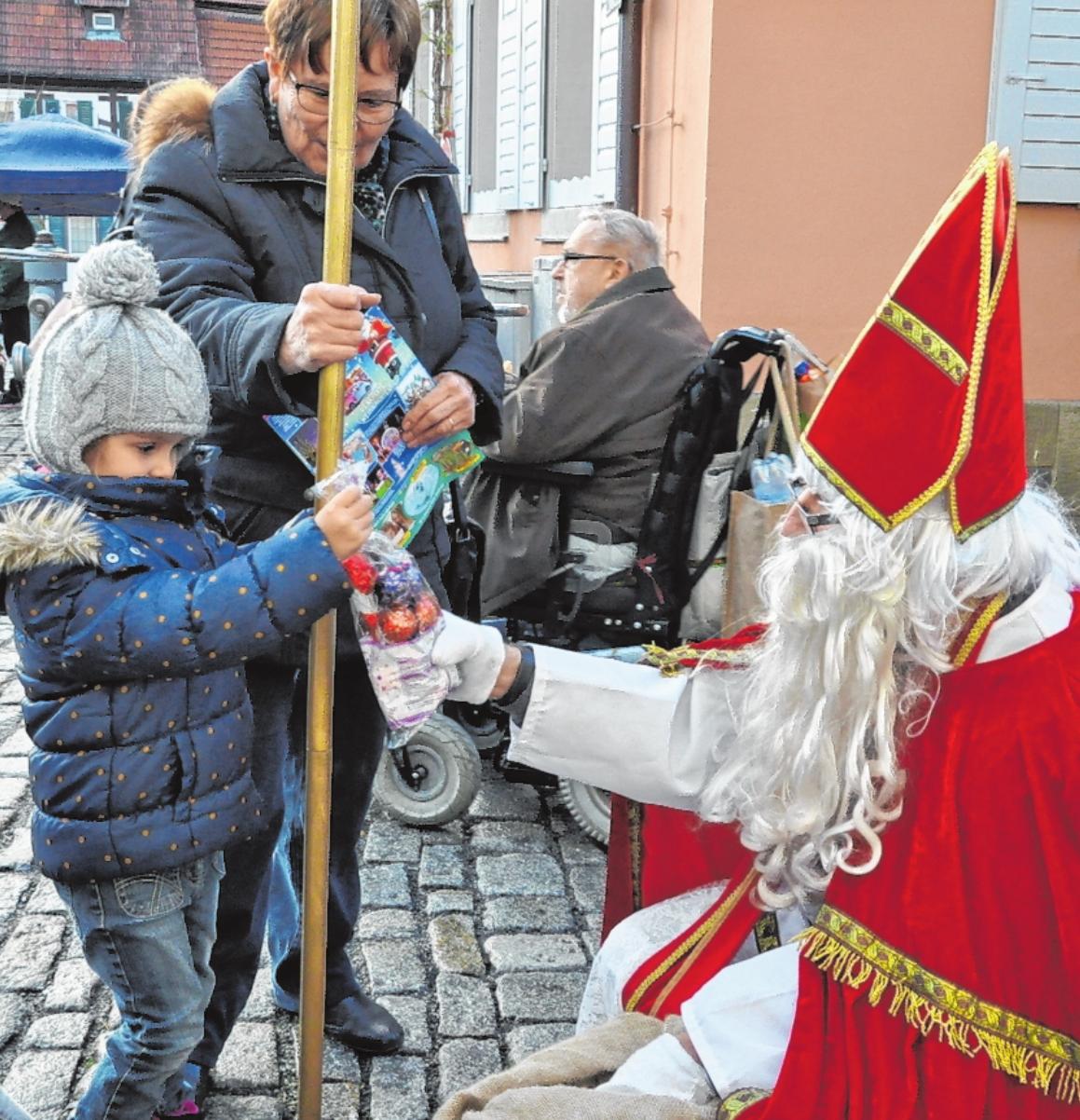 """Am vergangenen Freitag, dem sogenannten """"Glühweinfreitag"""", kam der Nikolaus in die Hofheimer Innenstadt und beschenkte die Kinder. FOTO: MARTIN SCHWEIGER"""